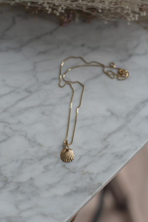 Caroline Svedbom Shell Necklace Crystal Gold smykke