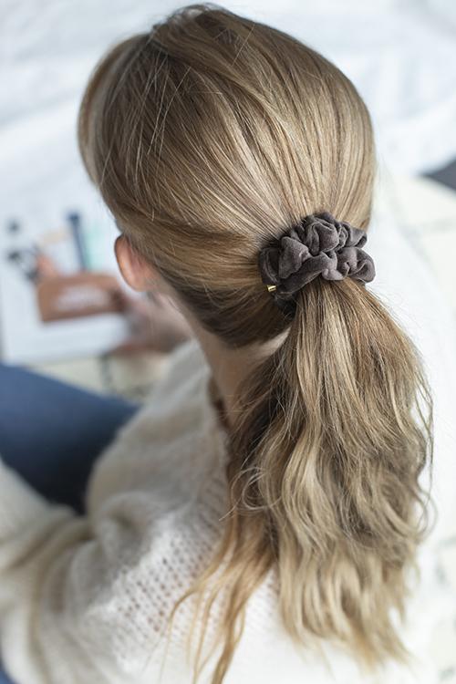 dark velvet mini scrunchie chocolate brown brun hårstrikk