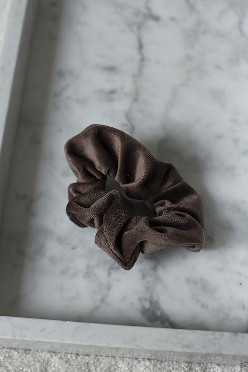 dark velvet hair scrunchie hårstrikk soft brown