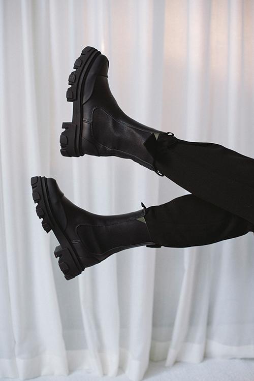 Mid Chelsea Boots Black