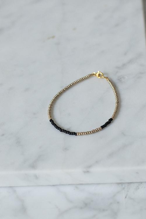 petit perles basic bracelet black gold armbånd